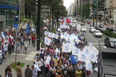 Manifestantes ocuparam parte da Paulista, no sentido Consolação, depois que deixaram o vão livre do Masp (Foto: Silvia Ribeiro/G1)